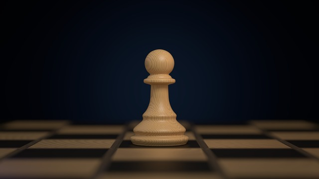 理系院生が就職浪人で悩んでいるところをイメージさせるチェスの駒