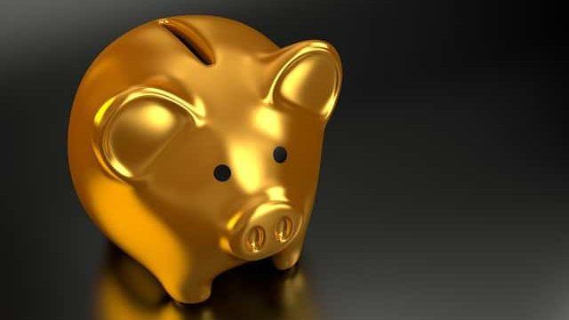 お金をイメージさせる金のブタ貯金箱