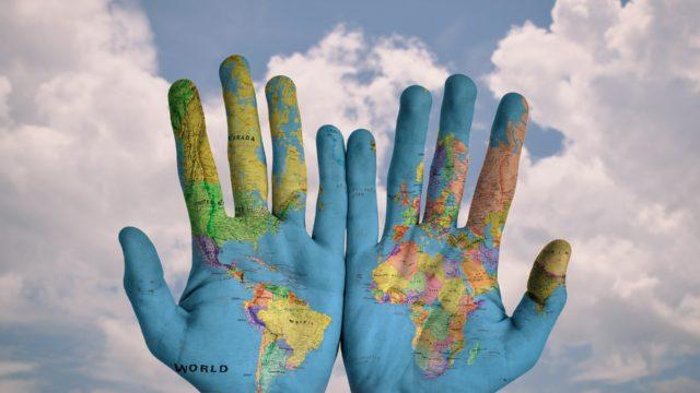 世界地図を手のひらに投影しているところ