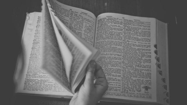 研究初心者が良書を読んでいるところ