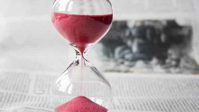 時間があまりないことをイメージさせる砂時計