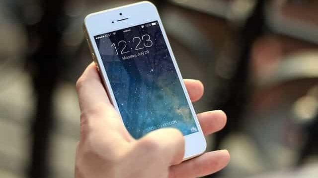 スマートフォンで就活情報を調べているところ