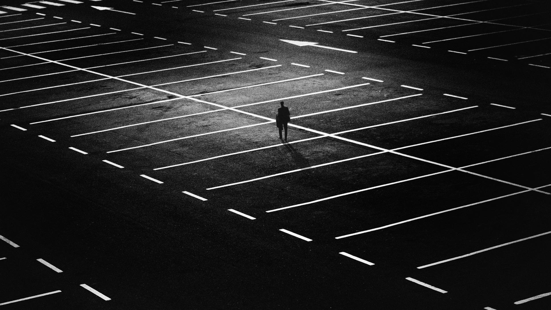 駐車場で1人ぼっちの男性