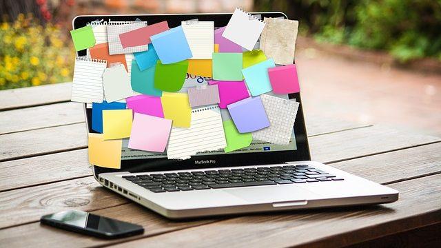 多くの情報が貼ってあるノートパソコン