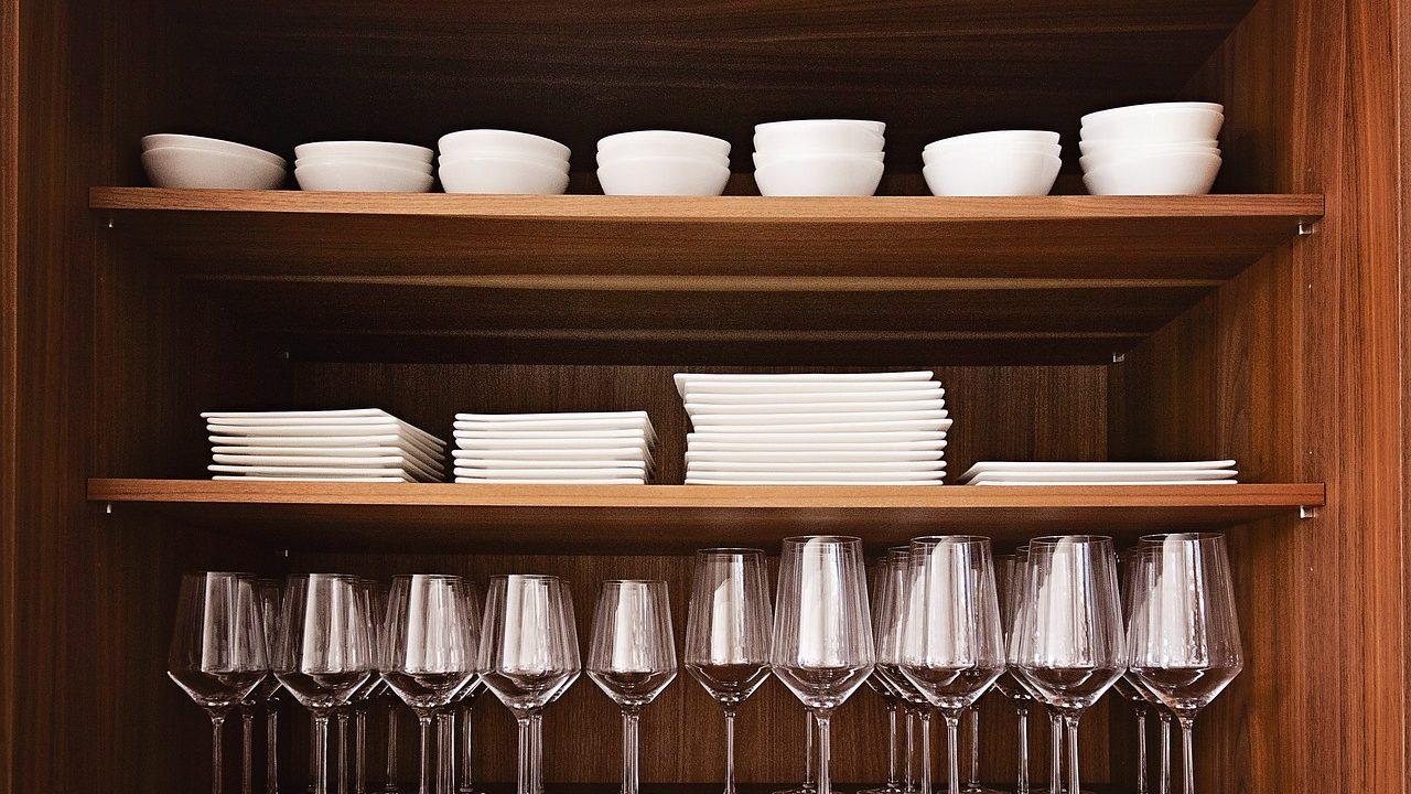 食器棚に並べられたお皿類