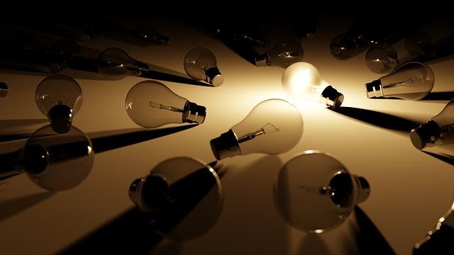 やっておけばよかったことを見つけた瞬間の閃きをイメージさせる電球
