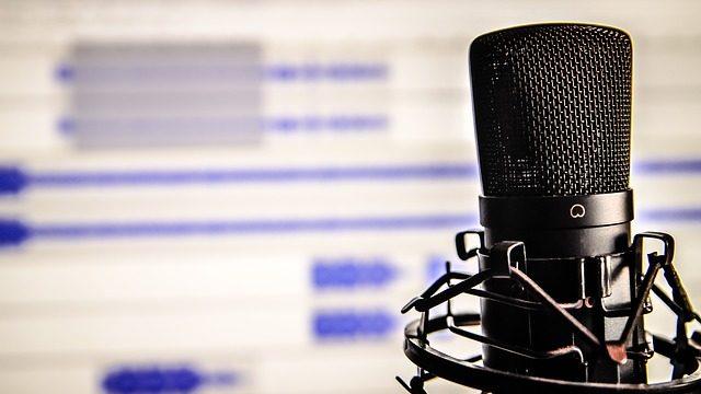 自分の声を録音しているところ