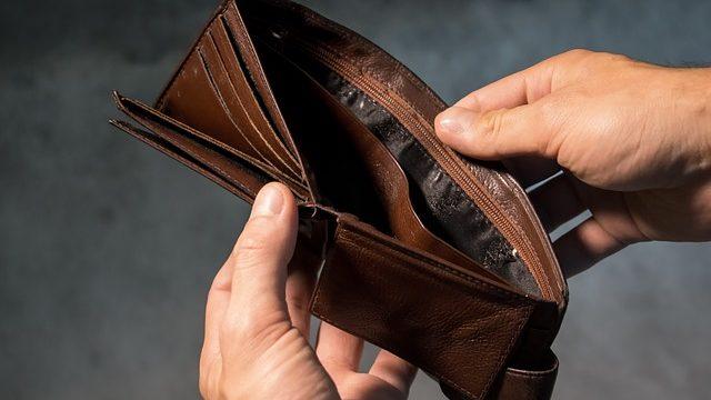 無一文になってお金が入っていない財布