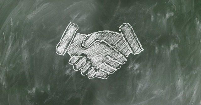早期化した選考で内定確約者と握手しているところ