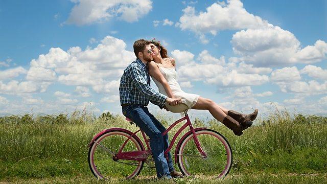 旅行でデートを楽しんでいるカップル