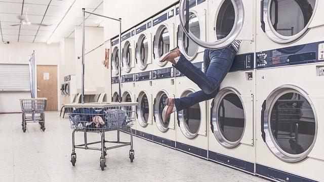 洗濯機に飲み込まれている女性