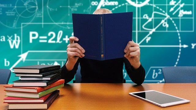博士課程の学生が一心不乱に勉強しているところ