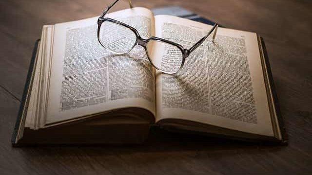 多岐に渡るジャンルの書籍を読んでいるところ