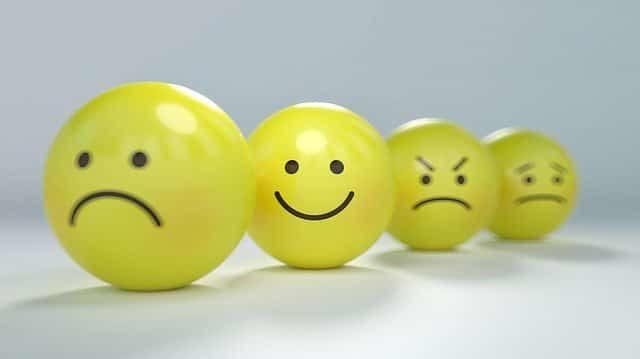 周りよりも意識して笑顔を振りまいている人