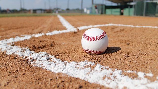 グラウンドに置かれた野球ボール