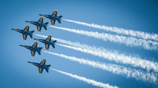研究スピードの速さを表す飛行機の写真