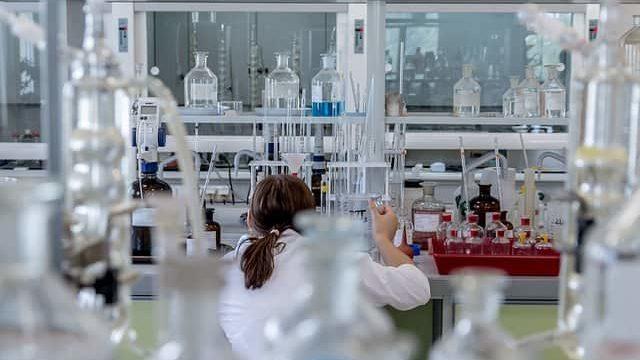実験に没頭する研究職の女性