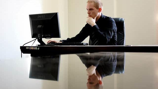 ネットから必要な情報を探している研究職狙いの就活生