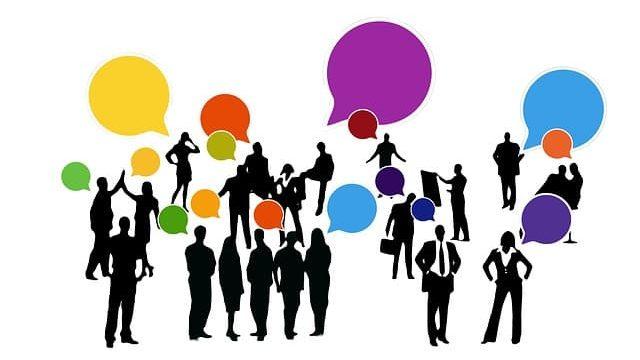 研究職の人材が色々な人と話しているところ