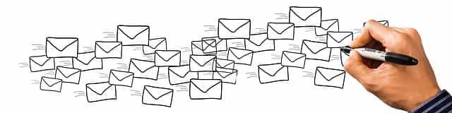 海外の共同研究先にメールを打っている研究職の人