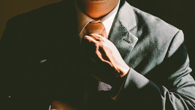 研究室配属のためにスーツで面接に臨む学生