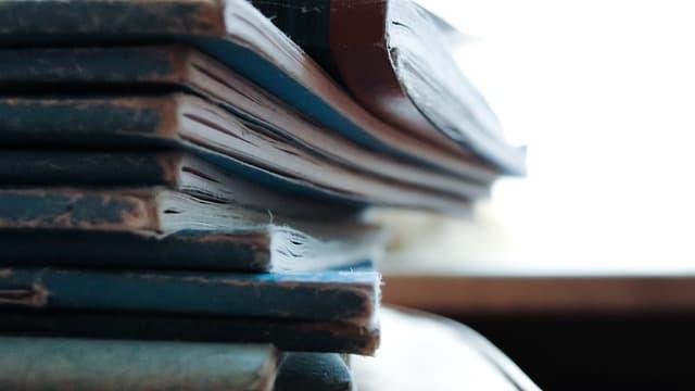 研究者の生産性を上げるために役立つ書籍が積みあがっているところ